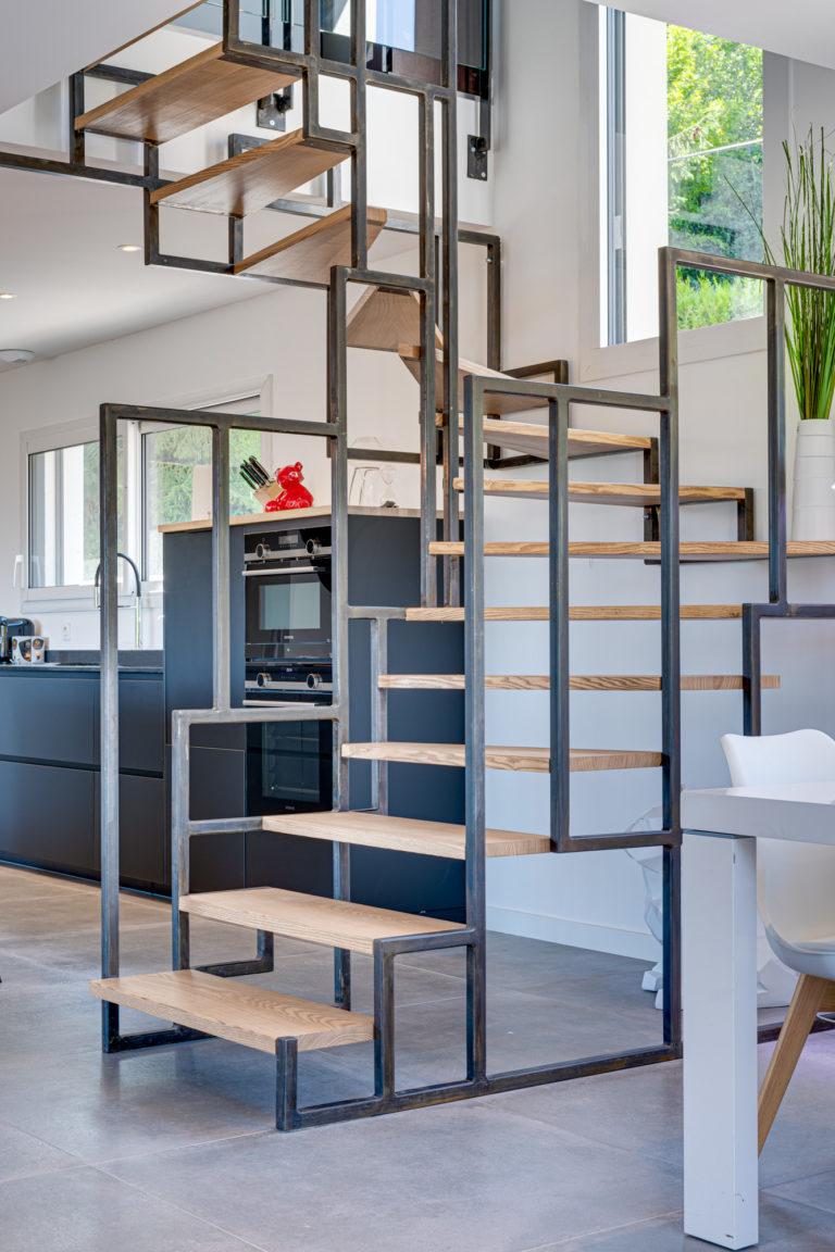 Escalier bois avec ossature et garde-corps en acier à Aix Les Bains, Haute Savoie