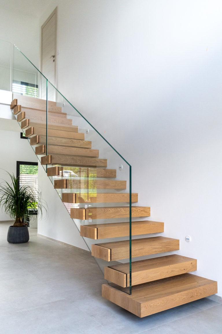 Escalier en bois avec garde corps en verre sur mesure à Chenex près de Genève