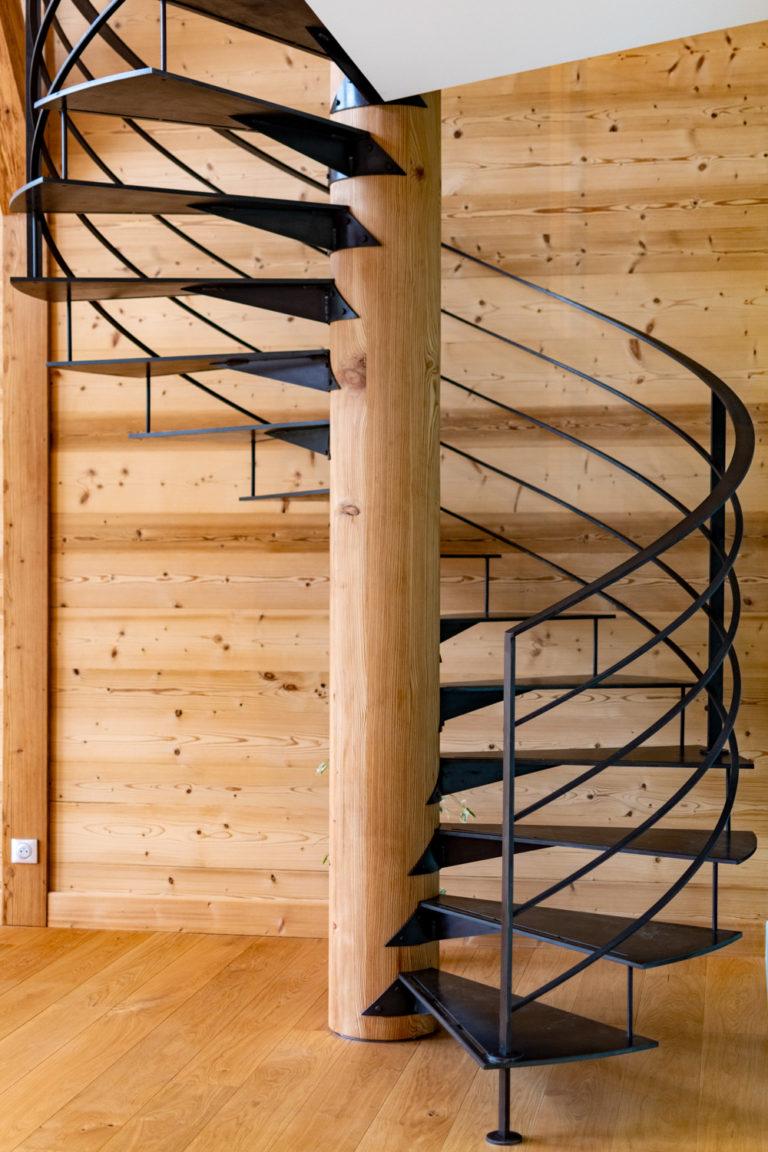Escalier en colimaçon sur mesure en acier à Annecy, Haute Savoie