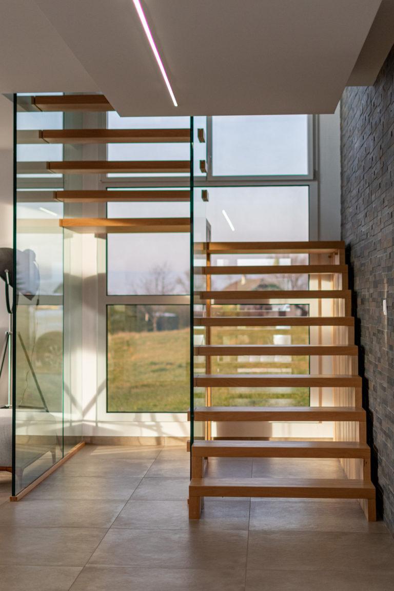 Escalier sur mesure en bois avec garde-corps vitré à Cranves-Sales