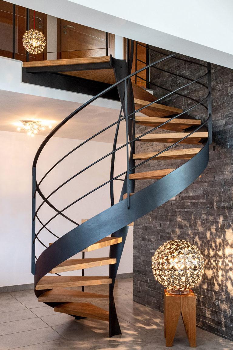 Escalier en colimaçon design sur mesure en bois et en acier à Veyrier du Lac, Annecy